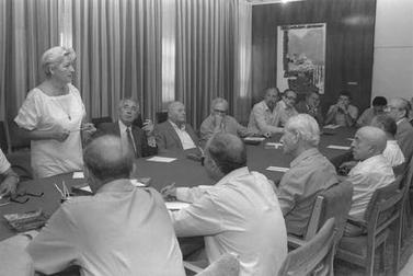 """חנה זמר בישיבת ועדת העורכים, עם ראש הממשלה שמעון פרס במשרד ראש הממשלה בירושלים, 11.10.85 (צילום: חנניה הרמן, לע""""מ)"""