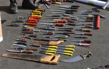 """סכינים שנמצאו על הספינה מאבי-מרמרה (צילום: דובר צה""""ל)"""