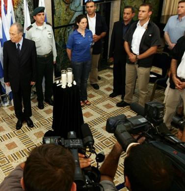 """בתצלום: מצלמות הטלוויזיה מתעדות טקס הדלקת נרות לזכר שני חיילי צה""""ל החטופים (פלאש 90)"""