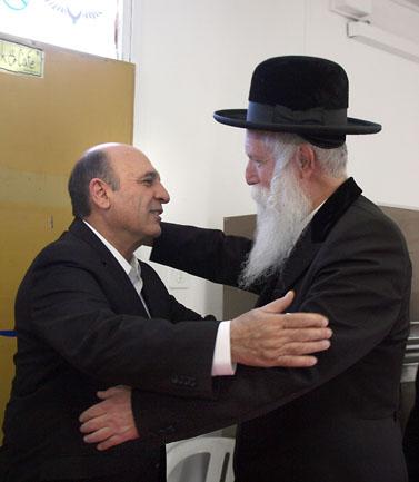 שאול מופז והרב דוד גרוסמן, במתחם אריזת מנות מזון לנזקקים (צילום: גדעון מרקוביץ)