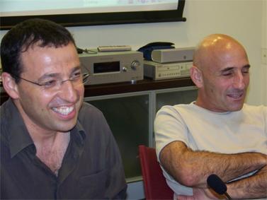עפר שלח (מימין) ורביב דרוקר, במפגש עם בלוגרים (צילום: עידו קינן, חדר 404, רשיון cc-by-sa)