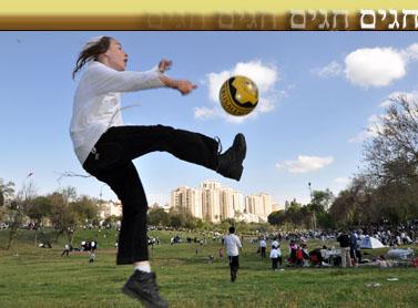 ילד משחק בכדור בחופשת חול-המועד פסח בירושלים, 2011 (צילום: יואב ארי דודקביץ')