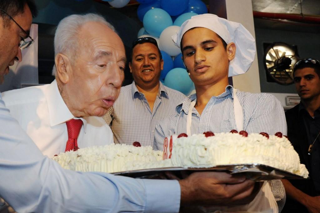 """שמעון פרס מציין את יום הולדתו ה-89, בתצלום ששובץ בשער """"ישראל היום"""" (צילום: מארק ניימן, לע""""מ)"""