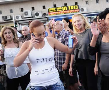 הפגנה נגד מהגרים מאפריקה, אתמול בדרום תל-אביב (צילום: תומר נויברג)