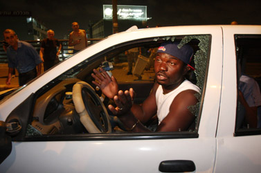 עובר אורח שחור עור שהותקף אתמול כשנקלע להפגנה נגד זרים מאפריקה בדרום תל-אביב (צילום: רוני שיצר)