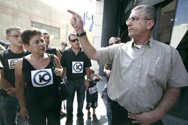 """הפגנת עובדי ערוץ 10 מול משרדי הרשות השנייה, 23.8.09. מימין: מנשה סמירה, מנכ""""ל הרשות השנייה (צילום: אביר סולטן)"""