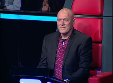 """הזמר שלומי שבת מאזין למשתתפת בתוכנית הטלוויזיה """"דה ווייס"""" כשהיא מודיעה על פרישתה מן התוכנית (צילום מסך)"""