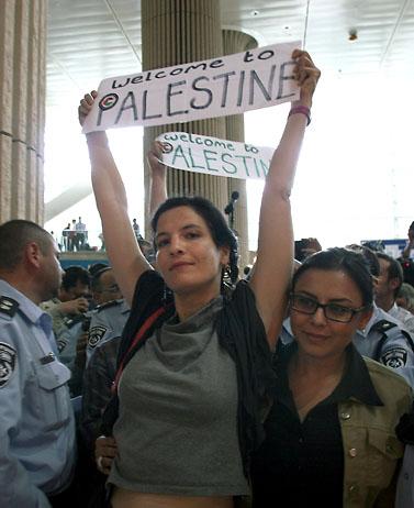 פעילת שמאל אתמול, בנמל התעופה בן-גוריון (צילום: גדעון מרקוביץ')