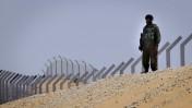 חייל ישראלי מפטרל בגבול הדרום ליד הגדר הנבנית (צילום: צפריר אביוב)