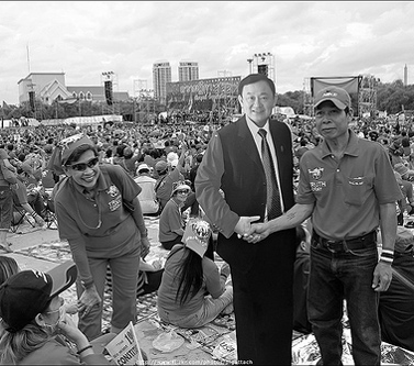 בנגקוק, במרכז: דמות קרטון של תקסין צ'ינאווט, מנהיג האדומים. 6.1.2010 (צילום: singha narak, רשיון cc-by-nc-nd)