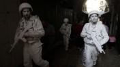 """האמן יהודה בראון, """"החייל הלבן"""", עם חבורת אמנים אתמול בעיר העתיקה בירושלים (צילום: ליאור מזרחי)"""
