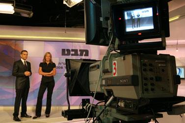 """מגישי """"מבט"""" מירב מילר וינון מגל, באולפן. 10.11.08 (צילום: אנה קפלן)"""