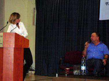 """יואב צור ודנה ויס בערב העיון על יחסי דוברים ועיתונאים (צילום: """"העין השביעית"""")"""