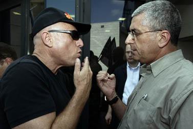 """מנכ""""ל ערוץ 10 יוסי ורשבסקי (משמאל) ומנכ""""ל הרשות השנייה מתעמתים בעת הפגנה של עובדי ערוץ 10 מול משרדי הרשות, בקריאה להקל על חובות הערוץ. אוגוסט 2009 (צילום: אביר סולטן)"""