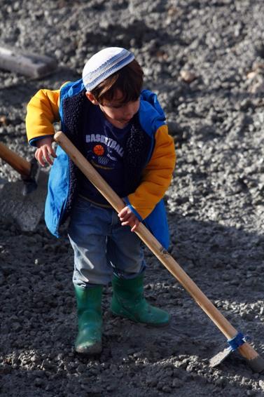 ילד מיישר בטון בהתנחלות אפרת, אתמול (צילום: אביר סולטן)