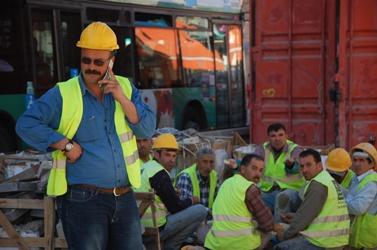 פועלים בירושלים בעת הפסקה, אתמול (צילום: רחל קרוטי)
