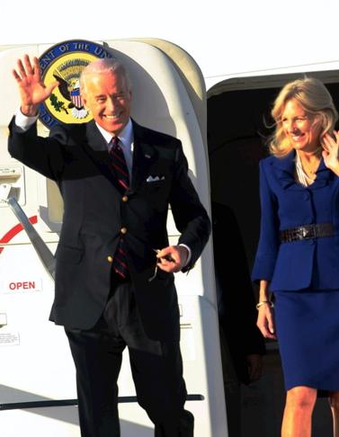 """סגן נשיא ארה""""ב, ג'ו ביידן, ואשתו ג'יל, עם נחיתתם בישראל (צילום: יריב כץ)"""