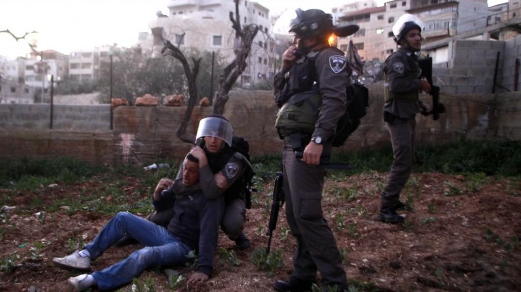 """שוטרי מג""""ב עוצרים פלסטיני בעיסאוויה, במהלך הפגנה, שלשום (צילום: סלימאן ח'אדר)"""