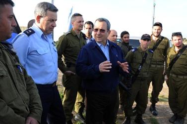שר הביטחון אהוד ברק מבקר במערכת כיפת-ברזל בדרום הארץ, אתמול (צילום: משרד הביטחון)