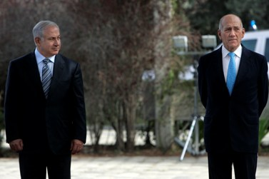 ראש הממשלה לשעבר אהוד אולמרט וראש הממשלה הנוכחי בנימין נתניהו בטקס חילופי שלטון שנערך באפריל אשתקד (צילום: דניאל בר-און)