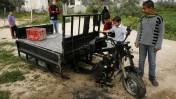 פלסטינים בוחנים כלי רכב בעקבות התקפות ישראליות על חאן יונס, בדרום רצועת עזה (צילום: עבד רחים חטיב)