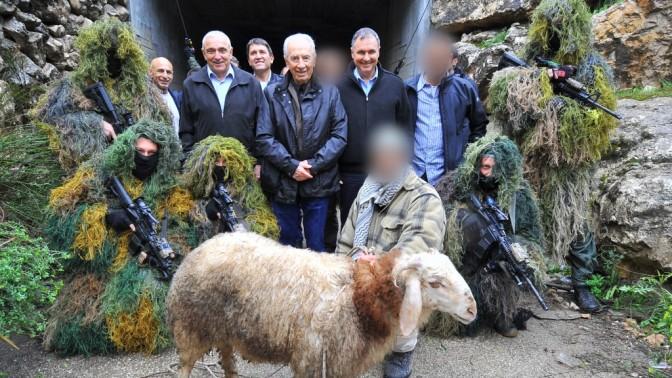 נשיא המדינה שמעון פרס בחברת יחידת הגדעונים של משטרת ישראל (צילום: משטרת ישראל)