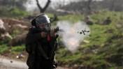 """חייל צה""""ל יורה רימון עשן, שלשום ליד רמאללה (צילום: עיסאם רימאווי)"""