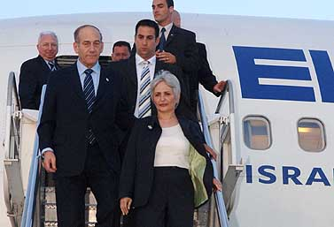 """ראש הממשלה אהוד אולמרט על כבש המטוס (צילום: לע""""מ, פלאש 90)"""