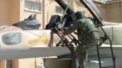 טייס מטפס לתא הטייס של מטוס F16I של חיל האוויר (צילום: פלאש 90)