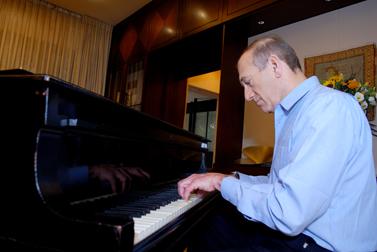 ראש הממשלה אהוד אולמרט מנגן בפסנתר בביתו בירושלים, 18 לספטמבר 2006 (צילום: פלאש 90)