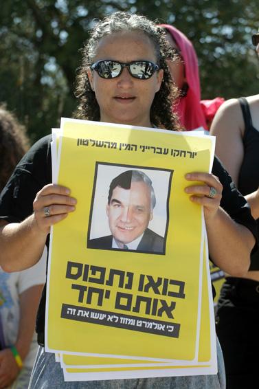 מפגינה נגד עסקת הטיעון עם משה קצב, 17 ביולי 2007 (צילום: פלאש 90)