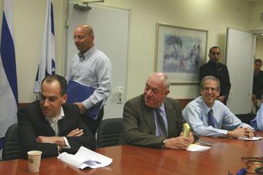 """מנכ""""ל משרד האוצר (יושב, קיצוני מימין) והממונה על השכר (יושב, קיצוני משמאל) (צילום: מאיה לוין)"""