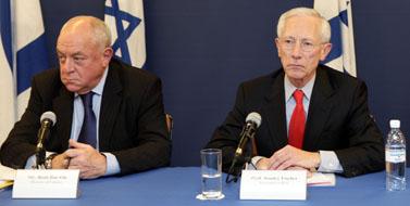 מימין: הנגיד סטנלי פישר ושר האוצר רוני בר-און בכנס פתיחת המגעים להצטרפותה של ישראל ל-OECD. ירושלים, 21 לינואר (צילום: פלאש 90)
