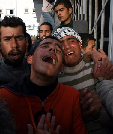 אבלים בבית חנון לאחר התקיפה הישראלית, אתמול צילום: פלאש 90