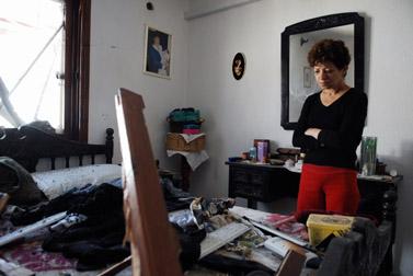ישראלית בוחנת נזק שגרמה רקטה פלסטינית לבית בשדרות, 4 במרץ 2008 (צילום: פלאש 90)