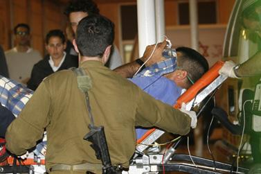 הפצוע הישראלי מובל לטיפול בבית-החולים הדסה בירושלים (צילום: פלאש 90)