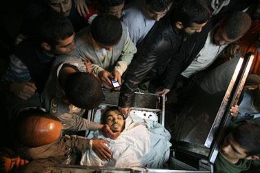 """גופתו של חבר הג'יהאד האיסלאמי שחוסל בתקיפת צה""""ל אתמול, בחדר המתים בבית החולים אל-שיפא בעזה (צילום: פלאש 90)"""