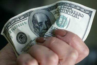 בתמונה: שטר מקומט של מאה דולר (צילום: פלאש 90)