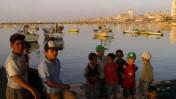 ילדים בנמל עזה, אתמול (צילום: פלאש 90)