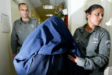 החשודה בהתעללות מבית-שמש, בבית המשפט בירושלים ב-25 למרץ (צילום: פלאש 90)