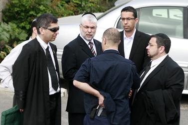 """ח""""כ שלמה בניזרי בחצר בית המשפט, אתמול, לפני הרשעתו (צילום: פלאש 90)"""