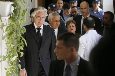 קצב, נכנס לבית המשפט עם אשתו ואחד מעורכי דינו (צילום: פלאש 90)