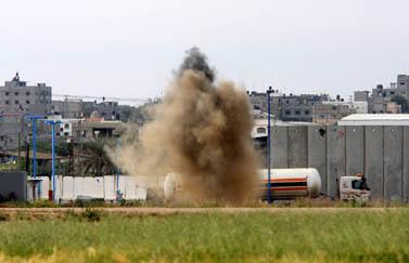 פגז מרגמה נופל ליד מיכלית דלק במסוף נחל-עוז (צילום: פלאש 90)