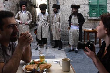 חרדים נאספו מול מסעדות בירושלים ביום שישי האחרון (צילום: פלאש 90)