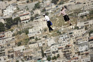 מטיילים בחופשת הפסח על גשר חבלים מעל גיא בן-הינום בירושלים (צילום: פלאש 90)