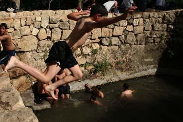 ילדים משתכשכים במעיין הסטף בירושלים, אתמול (צילום: פלאש 90)