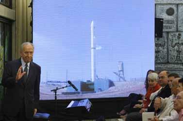 נשיא המדינה, שמעון פרס, מסרב להראות אכזבה. אתמול בטקס שיגור הלווין (צילום: פלאש 90)