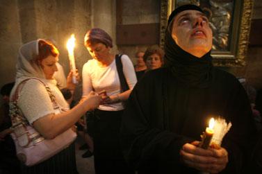 מתפללים אתמול בכנסיית הקבר בירושלים (צילום: פלאש 90)