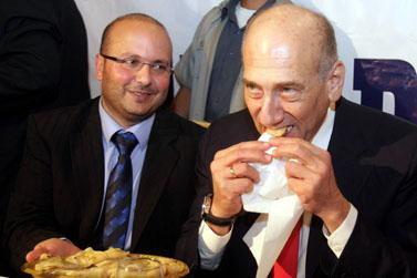 ראש הממשלה אוכל מעדן מרוקאי מסורתי אתמול באשקלון (צילום: פלאש 90)