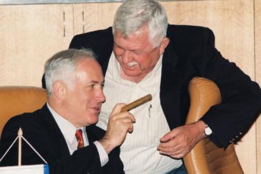 תנו לו את ישראל היום. בנימין נתניהו מעשן סיגר ב-1997 (צילום ארכיון: פלאש 90)